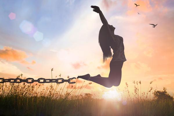 woman-chain-break-fly